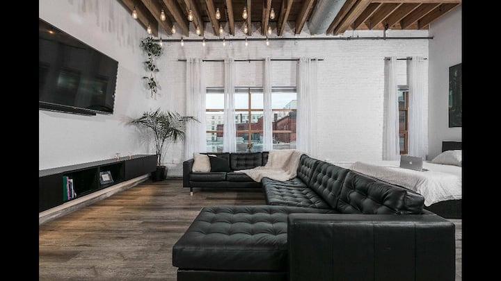 Central Downtown-luxury appartment w parking