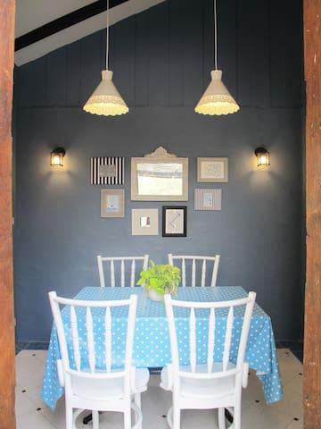 Amy's Cottage, Chic Cottage Rental (Julie & Jack)