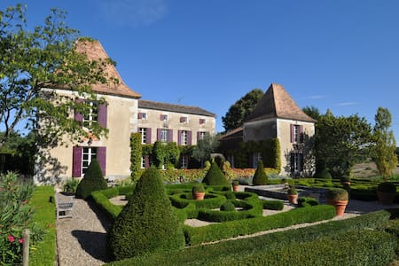 Top floor to a beautiful Manoir - Lot-et-Garonne - Bed & Breakfast