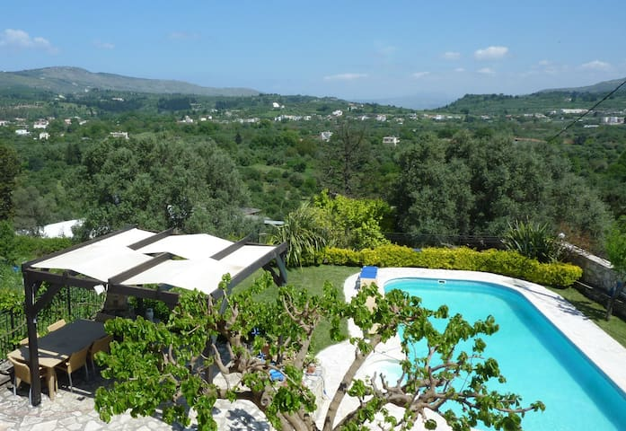 Villa Faye with Pool in Vrisses