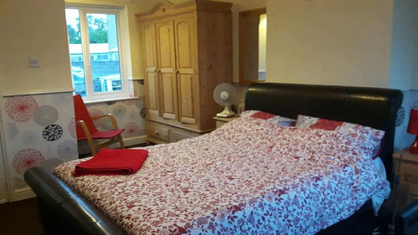 LARGE, COSY DOUBLE ROOM WITH TV AND EN-SUITE