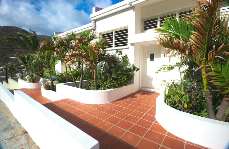 Sugar Bird Townhouse, Oceanview w/shared Pool - Sint Maarten - Şehir evi