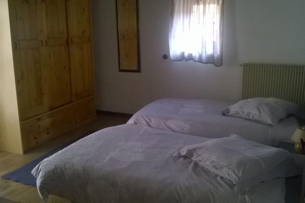 à l'étage : chambre 2 : 2 lits en 90