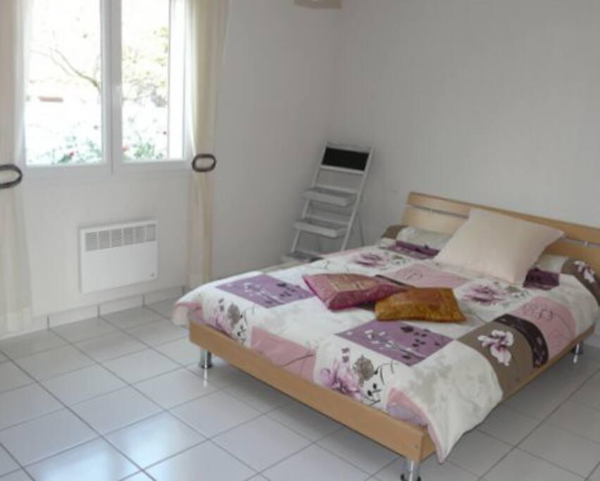 Chambre RDC, salle de bains annexée. 2 autres chambres de 20m2 chacune, se trouvent à l'étage avec salle de bains privative. Intimité assurée!