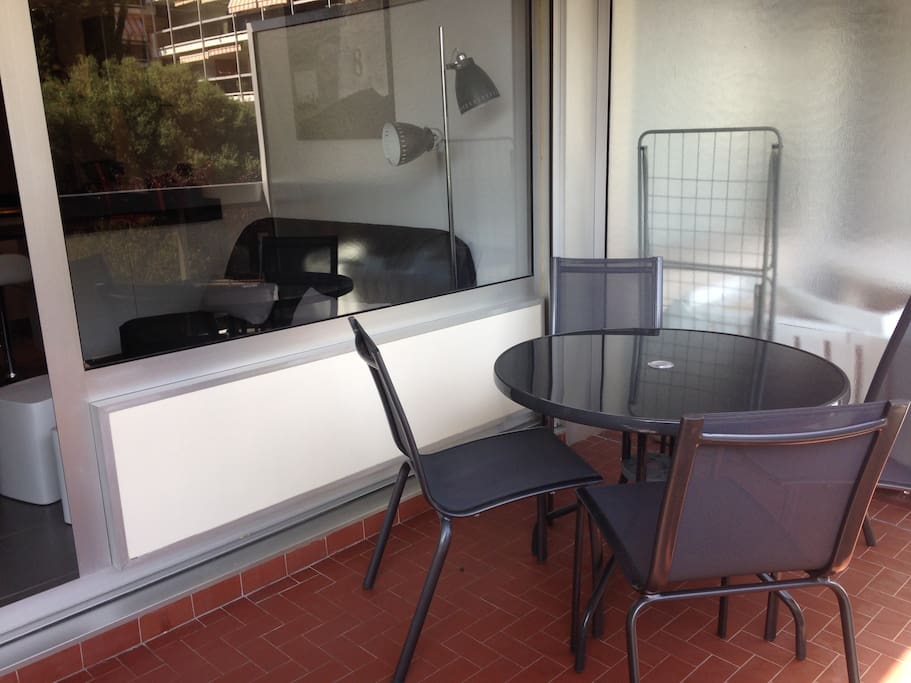 terrasse sans vis-à-vis avec une table repas pour 4 personnes.