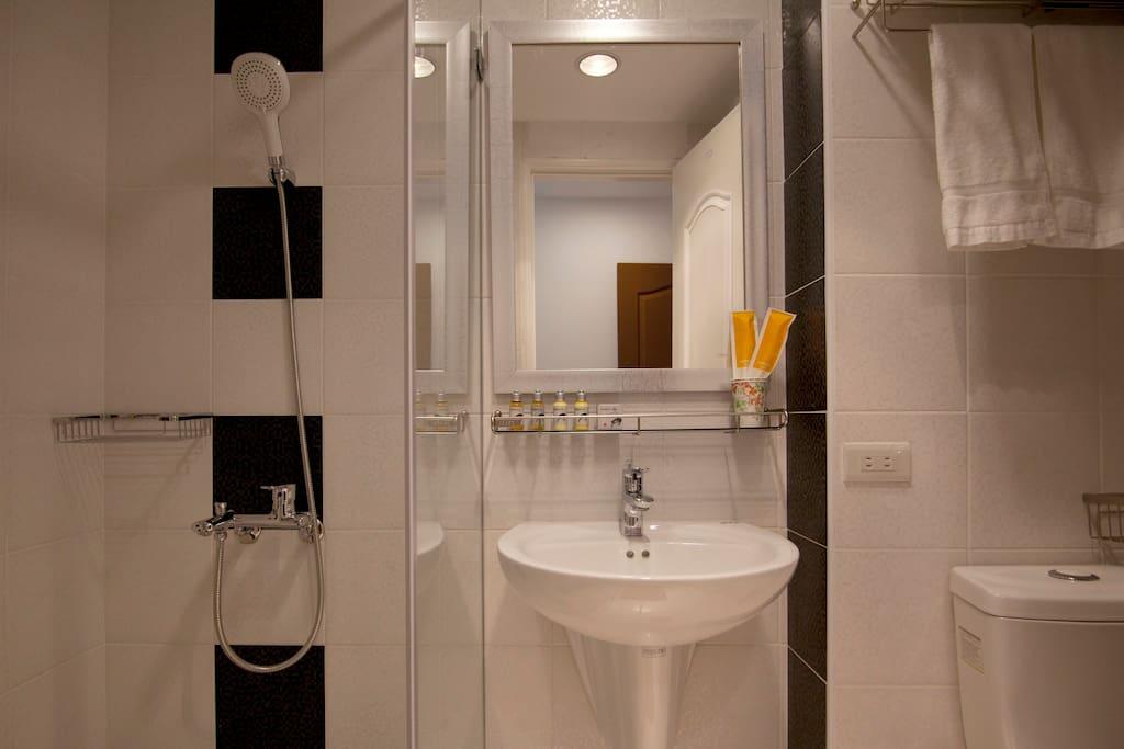 乾濕分離 明亮 寬敞衛浴空間 飯店等級沐浴組