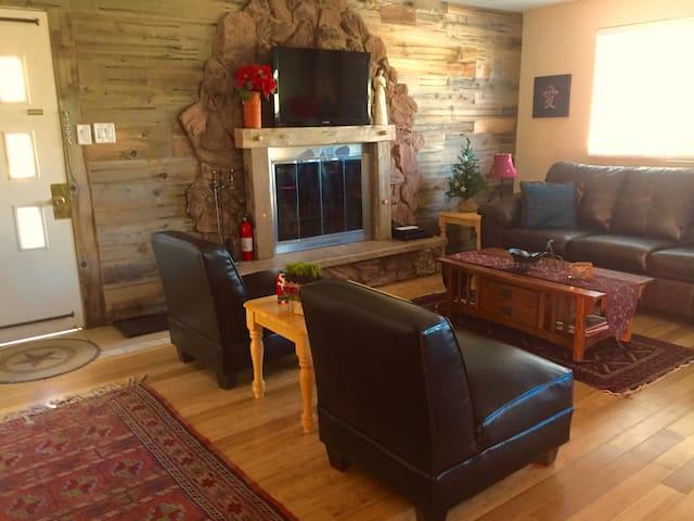 LITTLE PINES cozy 2BR, WIFI, Fireplc, $49 Ski Tix* - Wrightwood - Hus