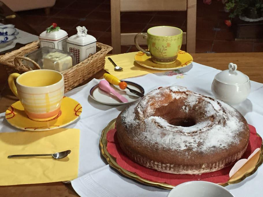 La colazione : servizi in porcellana , marmellate fatte in casa e il dolce