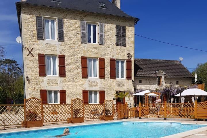 Mooie villa in Château-Garnier met een zwembad