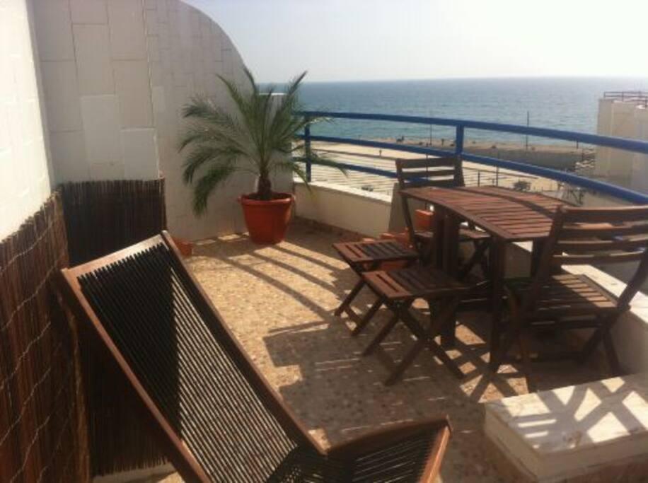 Terrasse mit Tisch und Grill