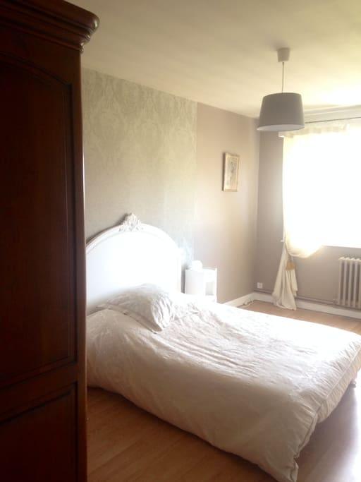 chambre dans villa avec piscine chambres d 39 h tes louer cambrai seranvillers nord pas de. Black Bedroom Furniture Sets. Home Design Ideas