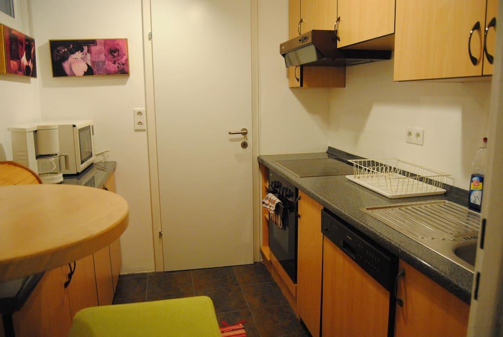 Komplett eingerichtete Küche - mit Geschirrspüler