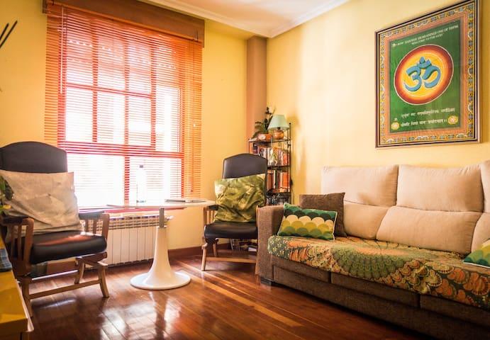 Salón agradable, con mesa para tomar un té o trabajar con el ordenador.  El sofá es muy cómodo, puedes leer un libro o simplemente descansar un ratito.