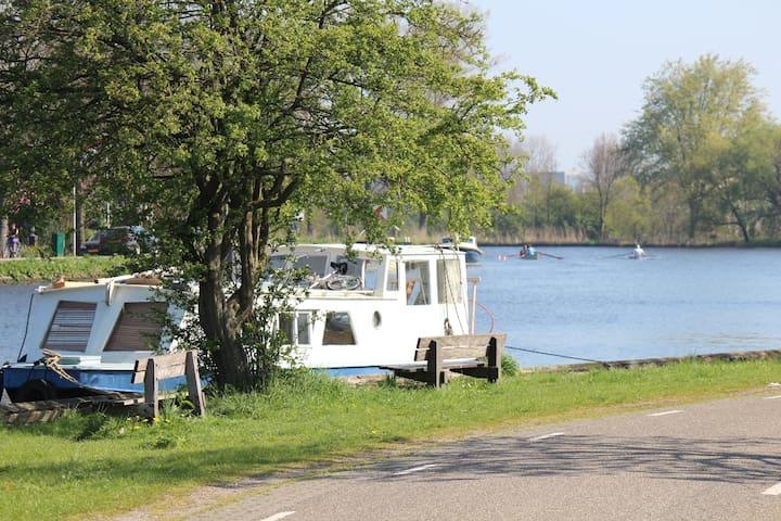 Romantic boat near Amsterdam & 2 bikes