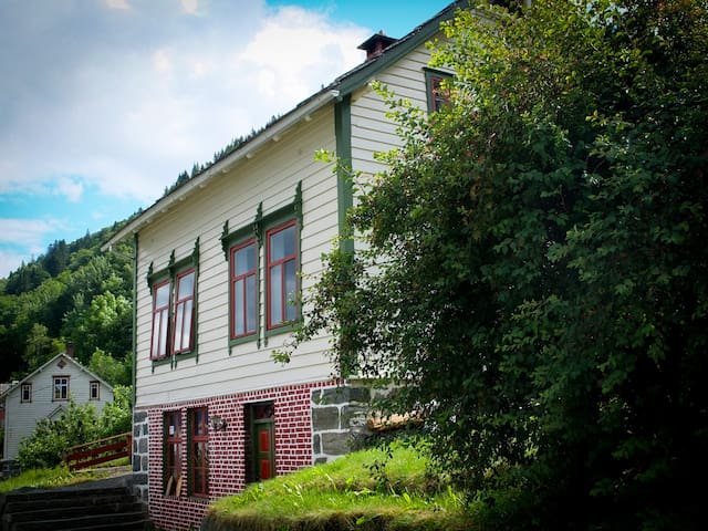 Popular tradition house with stunning view! - Utne - Huis