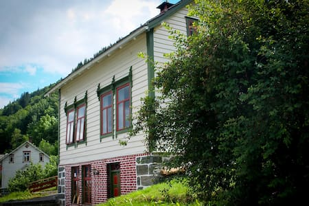 Popular tradition house with stunning view! - Utne