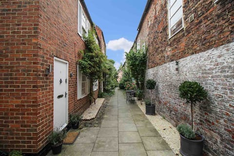 Mews Cottage within Yarm with parking for 2 cars