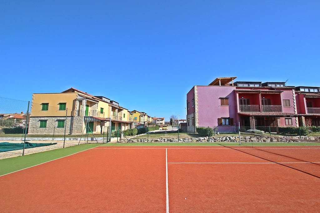 view from the tenniscourt to the apartment