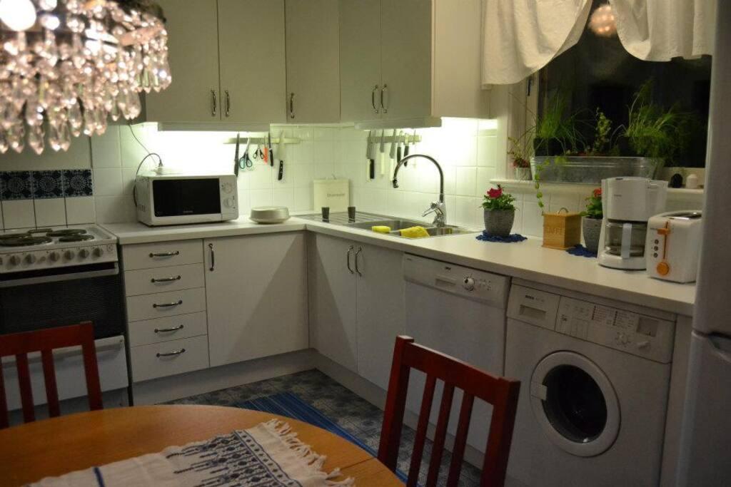 Kök med diskmaskin och tvättmaskin.
