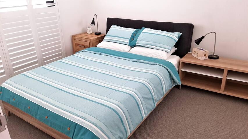 Master bedroom and Queen Size double bed (主卧室及Queen Size双人床)