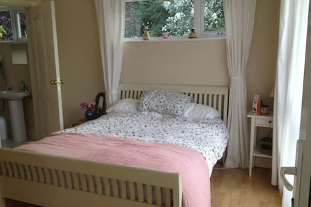 Cosy Ensuite Double Room close to Shannon Airport - Newmarket on Fergus - Penzion (B&B)