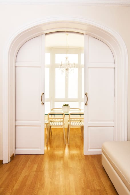 The gallery with the table can be closed by old doors, very typical in the old buildings of the Eixample of Barcelona