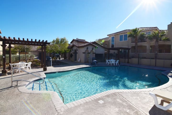 Pool Side Villa - 3BR/3.5BA w/WiFi