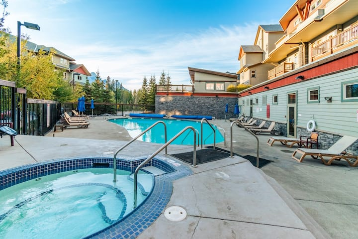 ✿Heated Outdoor Pool + Hot Tub, Near Banff Park✿