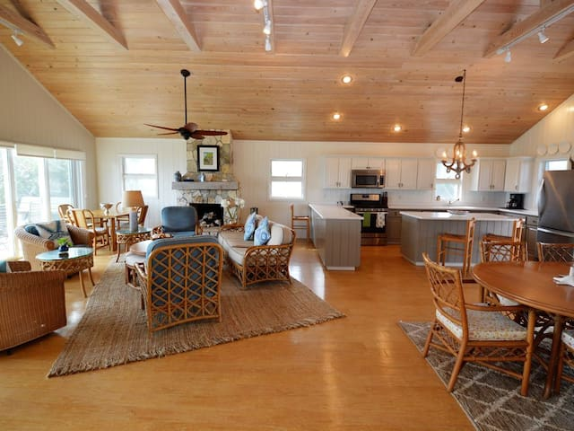 Fin & Tonic Beach House/AVAILABLE THANKSGIVING