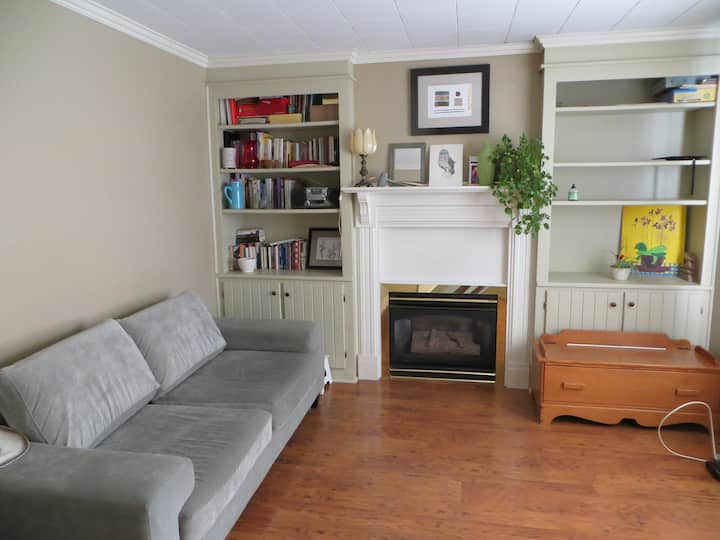 Charming 2 bedroom house with fireplace + parking