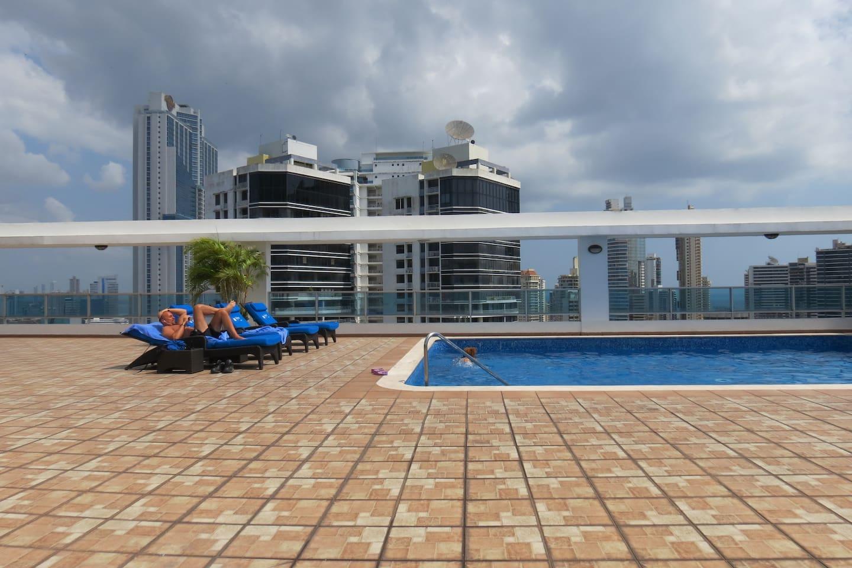 Piscina en el rooftop con todo tipo de lujos: gimnasio, sauna, barra de bar, mesas, helipuerto, baños...