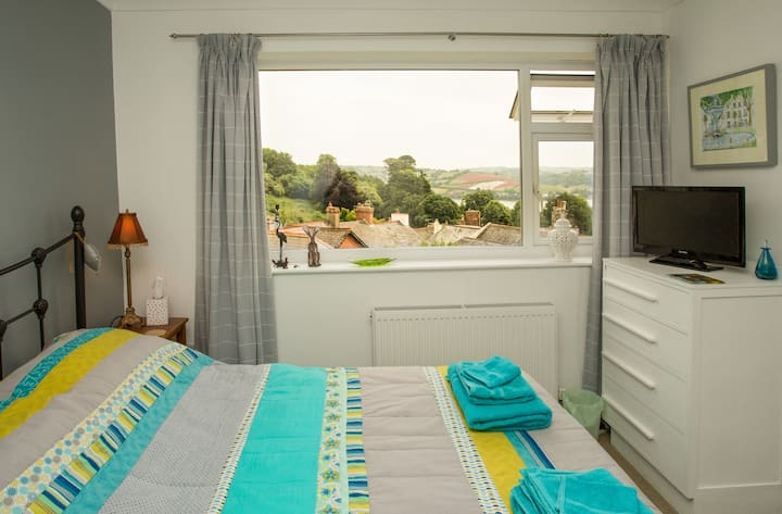 Lovely double en-suite room - stunning river views