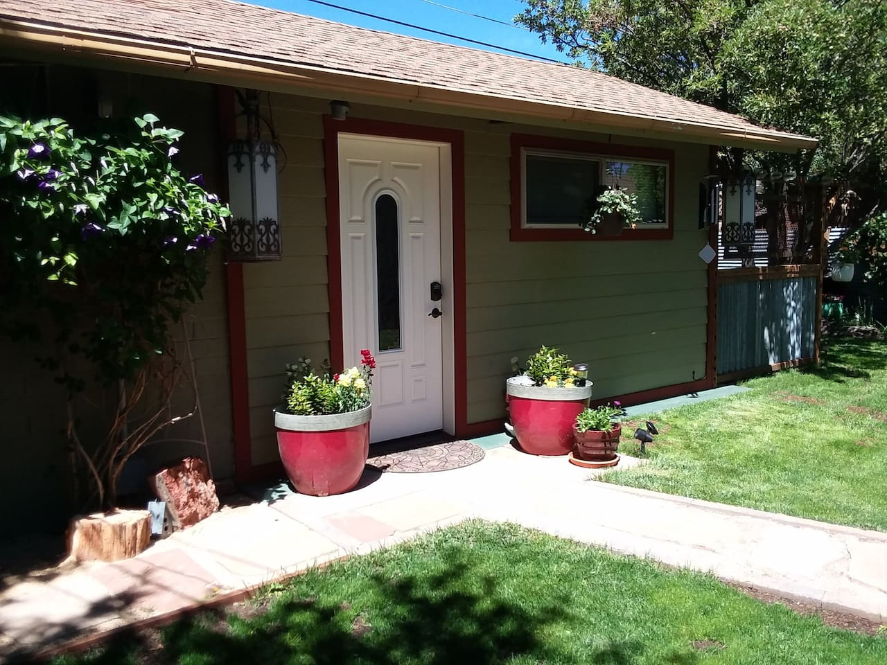 Entire Cottage-2 rooms & private patio!