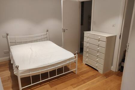 Lovely Bright Double En-suite in North West London