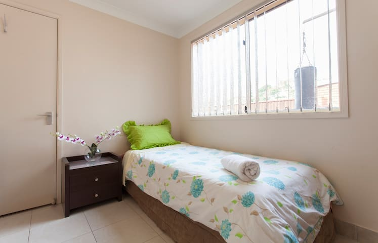 SINGLE ROOM in SYDNEY SUBERBS - Merrylands - Bed & Breakfast