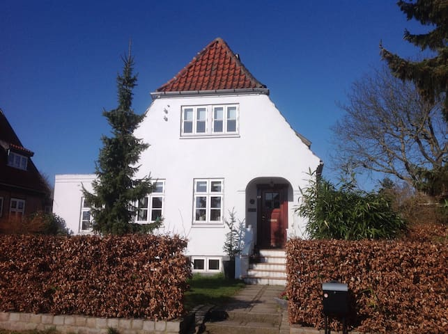Own entrance 20 min by bus to CPH. - Søborg - Villa