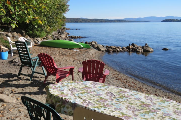 Private beach on Lac Mégantic with kayaks, fire ring, chairs and table. Fabulous lake view towards the Appalachian mountain chain, with Mont Gosford dominating the horizon. Be cautious with kayaks since wind and waves can surprise you!