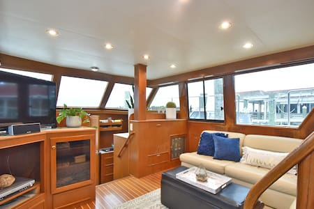 PVT Boat Waterfront Dtwn Morehead Slip Available