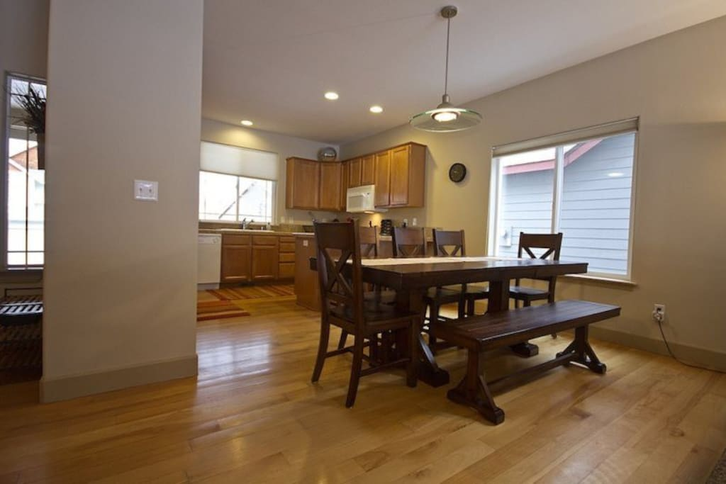 Luxury Vacation Rentals Bend Oregon, Large Dining Room Table with seating for 8 people