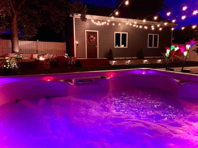 Modern Meets Vintage ⭐️ Hot Tub! 🎉