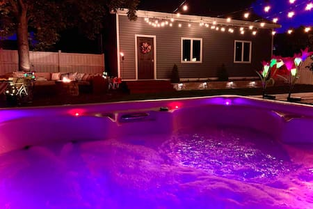 Modern Meets Vintage ⭐️ Hot Tub! 🎉