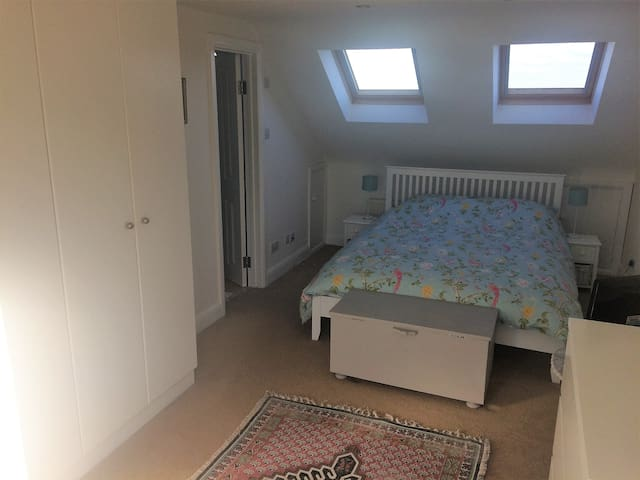 Bright double room in central Guildford