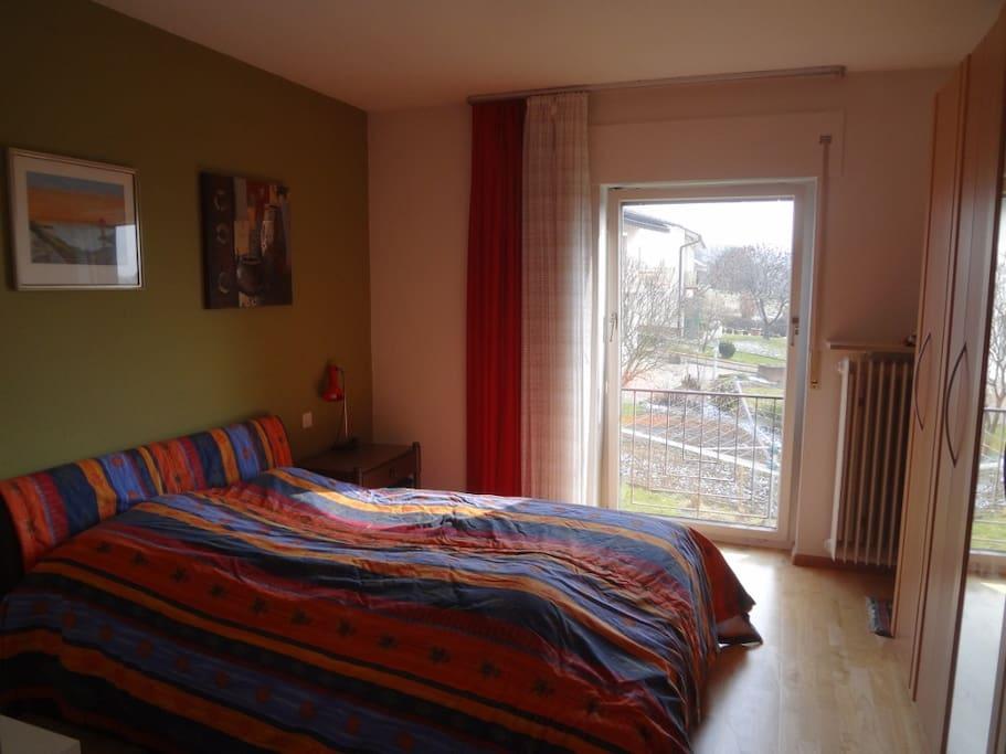 Schlafzimmer mit 140cm Doppelbett und grossem Schrank