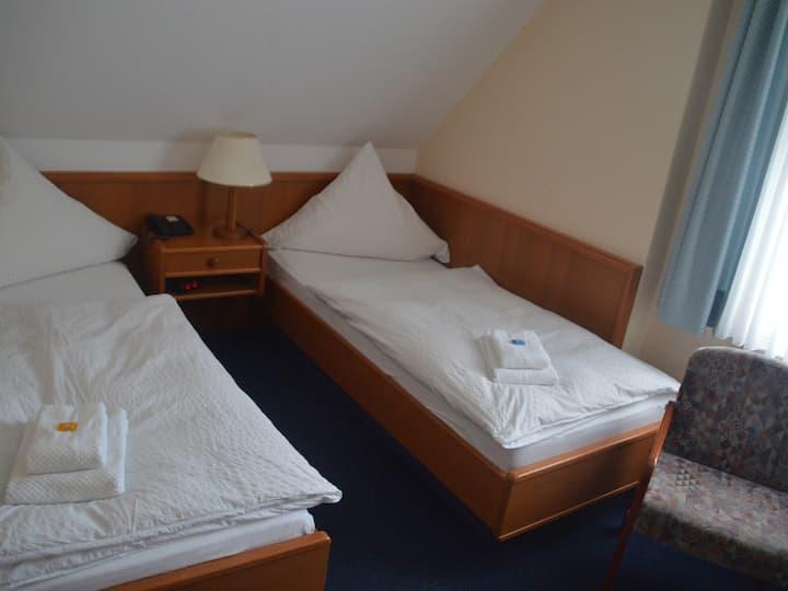 Kleines Zweibettzimmer mit seitlichem Weserblick