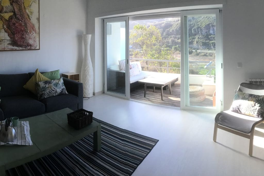 Salón y terraza en el primer piso / Sala e terraço no primeiro andar / First floor living and digning room