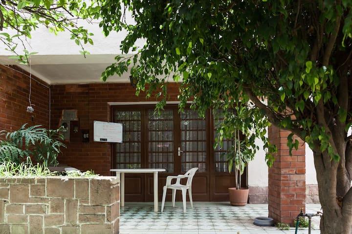 Casa grande con patio en perfecta ubicación.