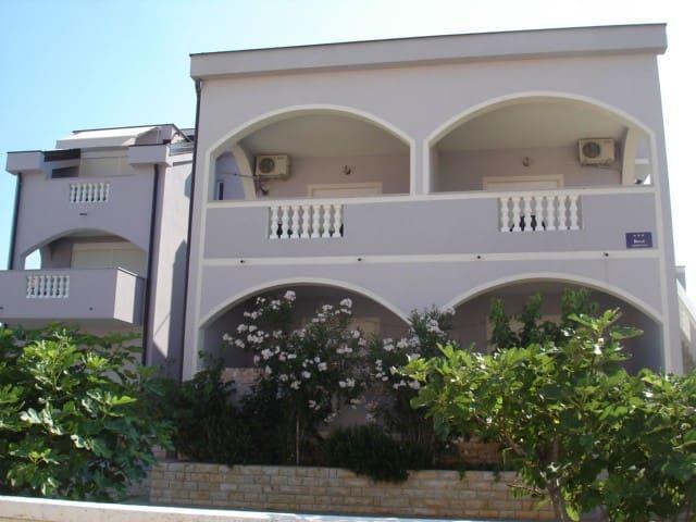 Apartment house Vila Lilla - Ap. 1 Immortelle
