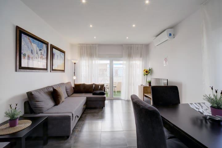 Big living room. Sofa converts into a double bed.  Salón grande. El sofá se convierte en una cama doble.