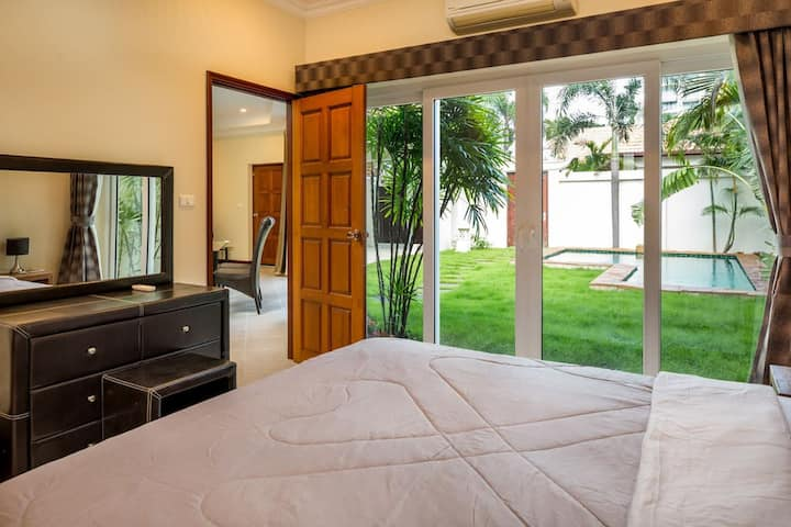 Luxury Pool Villa - Private Beach in Pattaya