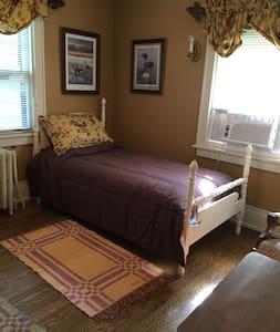 Hallett House Bed & Breakfast -Laurel & Hardy Room - Deerwood - Appartement